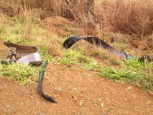 Pneus e objetos amontoados à beira da via podem causar estragos (Foto: Fernanda Borges/G1)