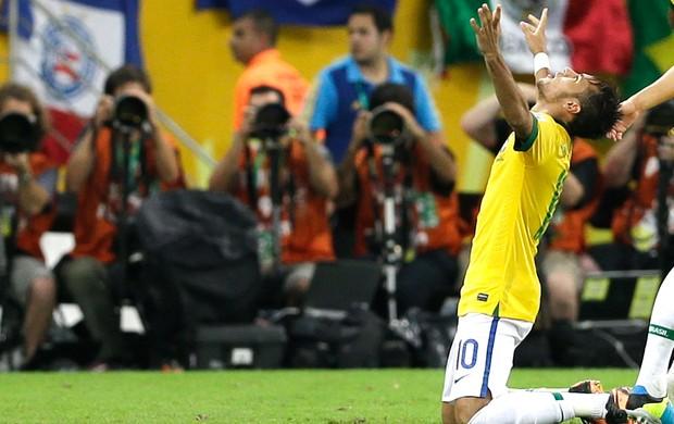 Neymar comemoração gol final Brasil Espanha (Foto: AP)