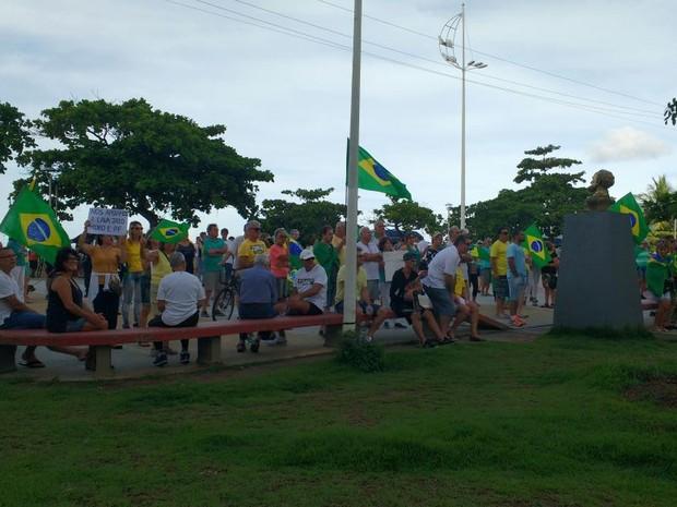 Manifestantes se reuniram na Praça Almirante Tamandaré em Balneário Camboriú (Foto: Polícia Militar/Divulgação)