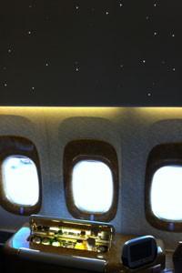A luz da aeronave acompanha as horas do dia. Há iluminação que simula o nascer do sol, a manhã, a tarde e a noite estrelada, por exemplo (Foto: Flávia Mantovani/G1)