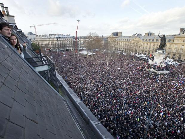 Milhares de pessoas se reuniram na Praça da República, de onde marcharam pelas ruas de Paris (Foto: AP Photo/Peter Dejong)