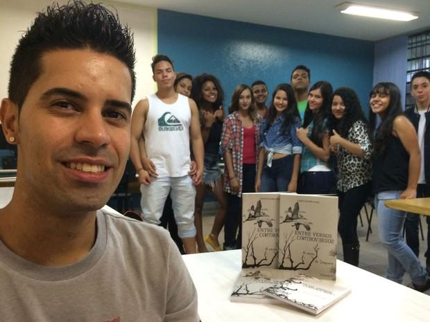 Daniel e os alunos do projeto 'Arte e Intervenção Social', na EMEF Arrobas, Zona Leste de SP (Foto: Eduardo Pereira/G1)