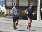 Juliano Cazarré mantém a forma correndo com a mulher