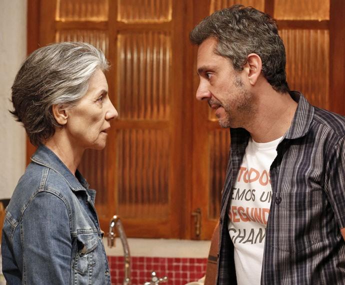 Romero ameaça Djanira (Foto: Ellen Soares/Gshow)
