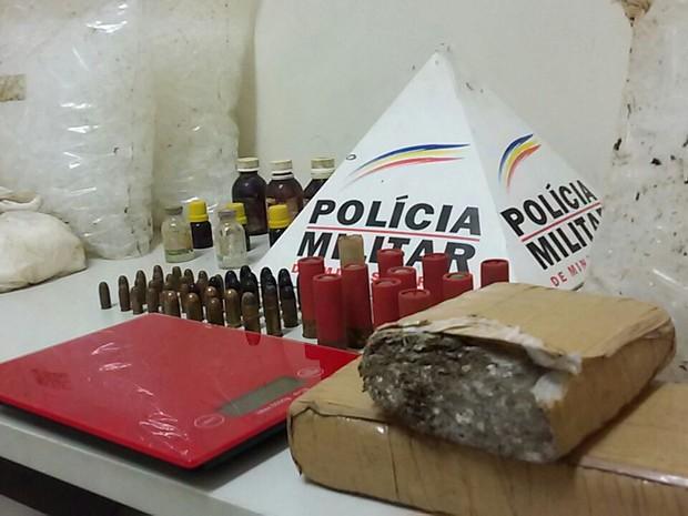 Material apreendido no Bairro Monte Carmelo foi encaminhado à delegacia de Governador Valadares. (Foto: Divulgação/PM)