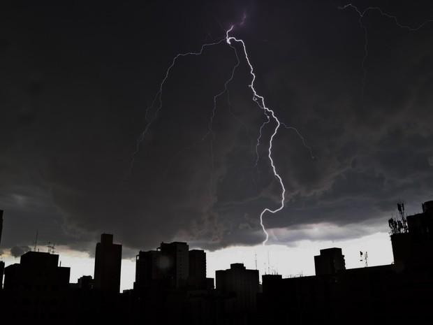 Chuva forte, com muitos raios, atinge a zona sul de São Paulo  (Foto: Johnny de Franco/SigmaPress/Estadão Conteúdo)