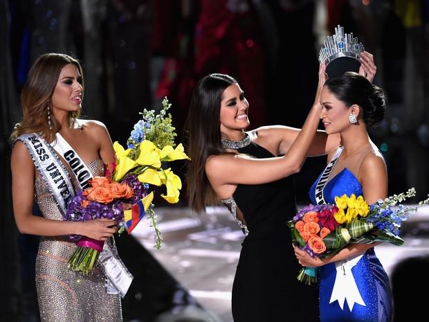 Coroa é passada para filipina enquanto colombiana ainda ostentava faixa no peito (Foto: Ethan Miller/GETTY IMAGES NORTH AMERICA/AFP)