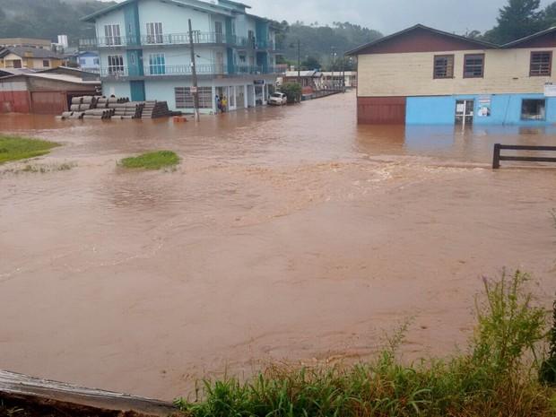 Quatro famílias ficaram desalojadas em Ponte Serrada (Foto: Defesa Civil/Divulgação)