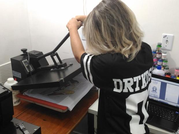 Máquina de estampar camisetas custou cerca de R$ 12 mil. (Foto: Marco Bernardi/G1)