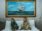 Casal de macacos faz sucesso ao usar trajes típicos malaios