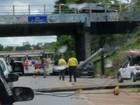 Motorista bate e derruba dois postes na Marginal Botafogo, em Goiânia