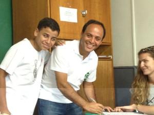 Rodrigo Neves vota acompnhado do filho  (Foto: Carolina Lauriano/G1)