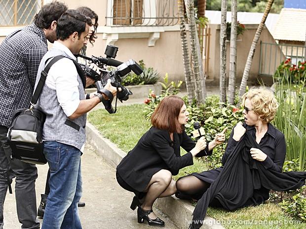 Sueli encurrala Bárbara Ellen que fica sem saída caída no chão (Foto: Sangue Bom/TV Globo)