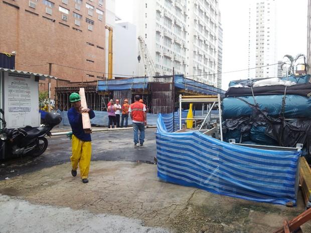 Moradores apontam obras de edifício vizinho como culpadas pelo desabamento. (Foto: Ivair Vieira Jr/G1)