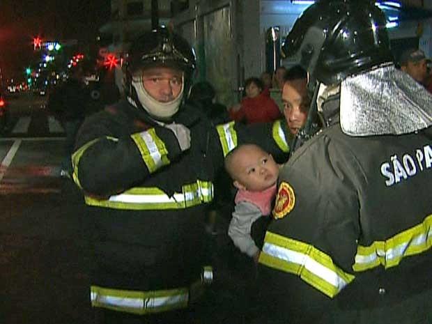 Homem e bebê foram resgatados de um prédio localizado no Centro de SP. (Foto: Reprodução / GloboNews)