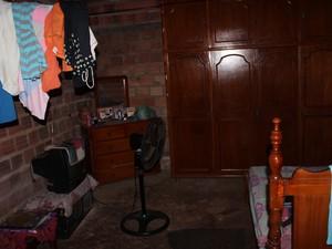 Quarto da cantora não tem reboco ou piso cerâmico (Foto: Ellyo Teixeira/G1)