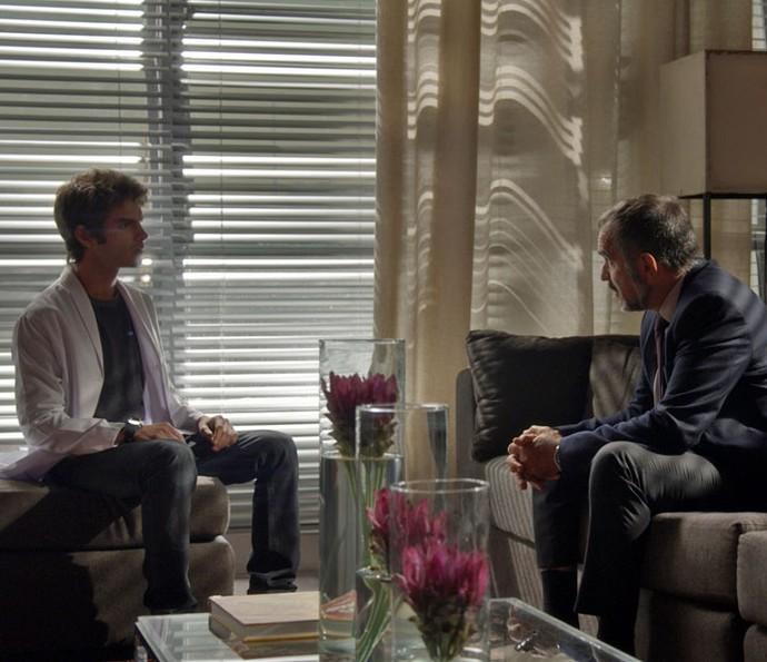 Pai e filho conversam na Bastille (Foto: TV Globo)