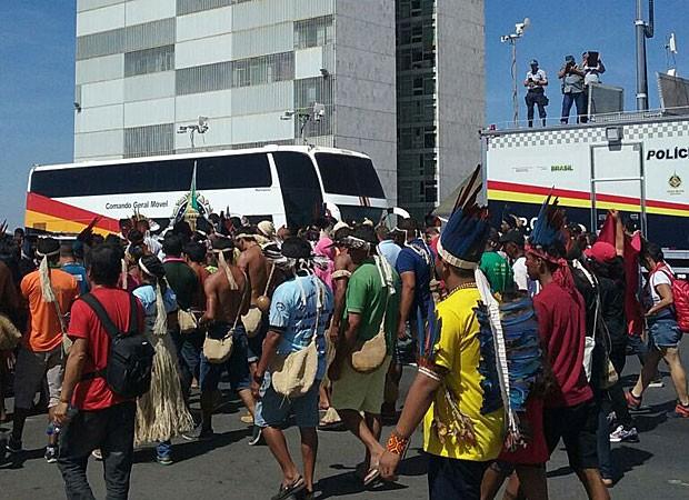 Policiais militares acompanham de teto de carro a movimentação de indígenas contrários ao impeachment da presidente Dilma Rousseff; grupo estava em frente ao Palácio do Planalto nesta quinta-feira (12) (Foto: Mateus Vidigal/G1)