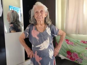 Dona Neusa Carneiro, aos 90 anos ainda sustenta a vaidade inerente ao sexo feminino (Foto: Toni Francis/G1)