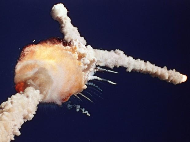 Foto de 28 de janeiro de 1986 mostra a explosão da espaçonave Challenger, logo após a decolagem no Kennedy Space Center, em Cabo Canaveral, nos Estados Unidos (Foto: AP Photo/Bruce Weaver, File)