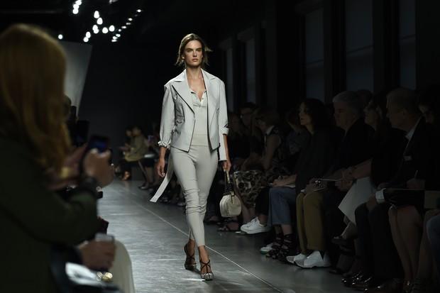 Alessandra Ambrósio no desfile da Bottega Veneta, na semana de moda de Milão (Foto: AFP)