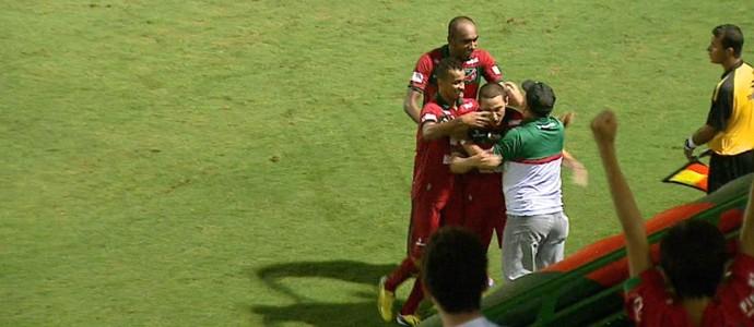 Jogadores do Velo abraçam o técnico Carlos Rossi após o gol contra o Barueri pela 12ª rodada da A2 (Foto: Paulo Chiari/EPTV)