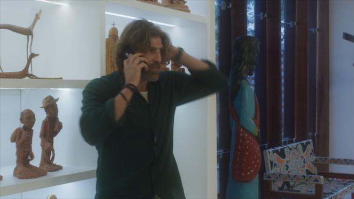 Pedro se desespera ao ouvir disparos (Foto: TV Globo)