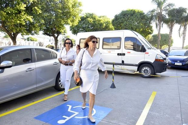 Denise Saraceni chega ao cemitério (Foto: Roberto Teixeira / EGO)