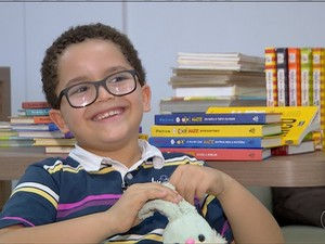 Carlos Eduardo leu 88 livros só este ano (Foto: Reprodução/TV Anhanguera)