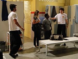 Janjão derruba a garrafa d´água no chão (Foto: Malhação / TV Globo)