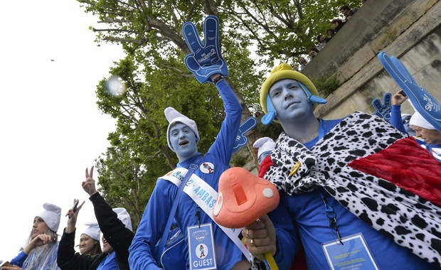 """Franceses se fantasiam de Smurfs para o """"dia internacional"""" dedicado ao desenho (Foto: AFP PHOTO / MIGUEL MEDINA)"""