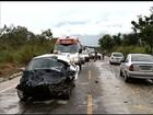 Carro invade pista contrária, bate em outro veículo e deixa dois mortos