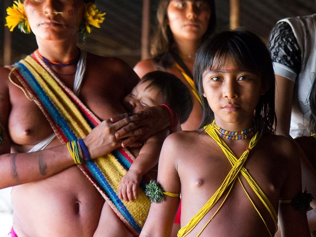 Menina indígena acompanhava a cerimônia (Foto: Inaê Brandão/ G1 RR)