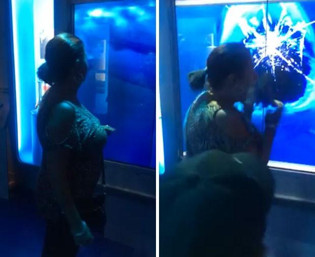Mulher até caiu ao levar susto com 'ataque' de tubarão virtual em museu nos EUA (Foto: Reprodução/YouTube/Logan Riley)