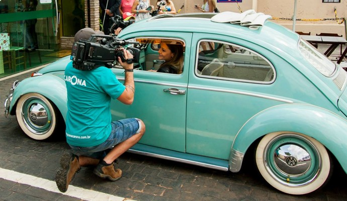 Cecília Ribeiro em um Fusca na Carona com Paulo Betti (Foto: Douglas Luzz)