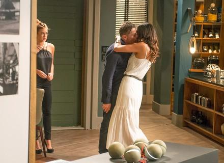 Arthur é beijado por supermodelo na frente de Eliza