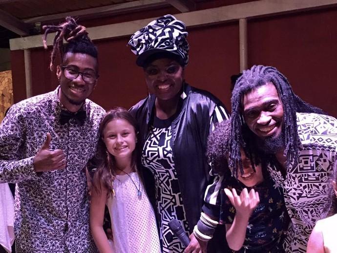 Rafa com os integrantes do Mukindala e o menino Pepê, irmão de um dos músicos (Foto: arquivo pessoal)