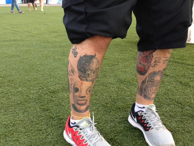 Fã tem máscaras do Slipknot tatuadas nas pernas (Foto: Káthia Mello/G1)