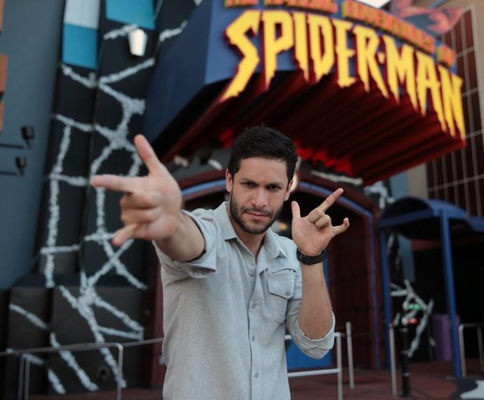 Rainer Cadete se diverte em frente a atração do Homem-Aranha no Universal Studios (Foto: Marcos Mazini/Gshow)