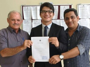 Emir Aguiar, o advogado Othon Vinholte e Alexandre Maduro após retotalização de votos na tarde desta segunda-feira (Foto: Emir Aguiar/Arquivo Pessoal)