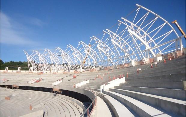 Montagem da cobertura metálica sobre o anel superior do estádio (Foto: Divulgação/AG)