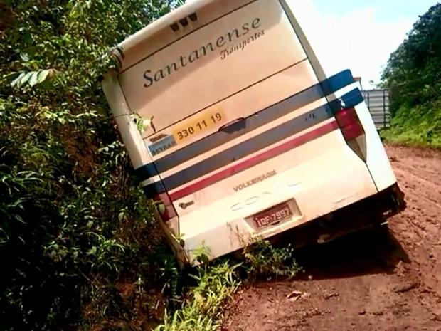 Ônibus tombou em meio a estrada com atoleiros na BR-156 (Foto: Reprodução/TV Amapá)