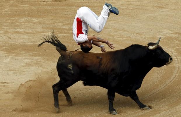 Um 'recortador' pula sobre o touro durante o festival de San Firmino, na Espanha (Foto: Joseba Etxaburu/Reuters)