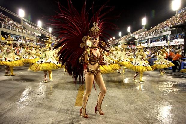 Barbara Evans desfilando pela Grande Rio (Foto: Claudio Andrade/ Foto Rio News)