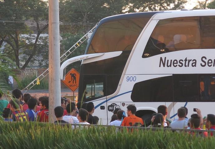 onibus seleção brasileira assunção (Foto: Edgard Maciel de Sá)
