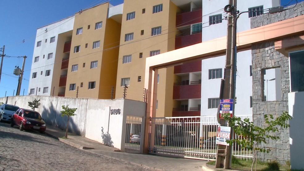 Corpo da namorada do oficial foi deixado no estacionamento de um condomínio na Zona Leste de Teresina (Foto: Reprodução/TV Clube)