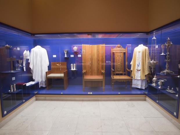 Acervo litúrgico usado na visita dos papas exposto no Museu Nossa Senhora Aparecida (Foto: Thiago Leon/Museu N. S. Aparecida)