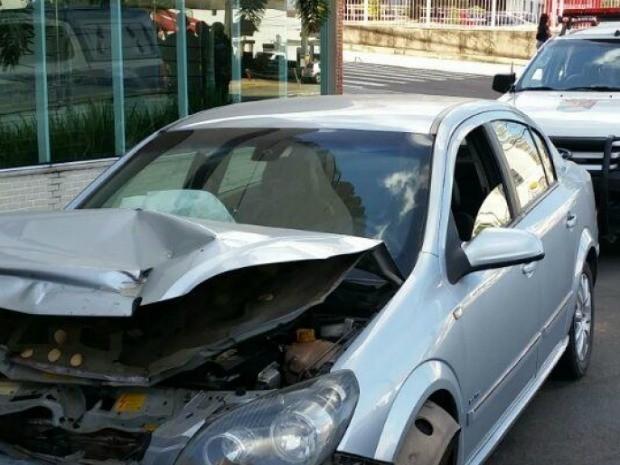 Motorista bateu o carro em tentativa de fuga, no Espírito Santo (Foto: Divulgação/ Guarda Municipal)