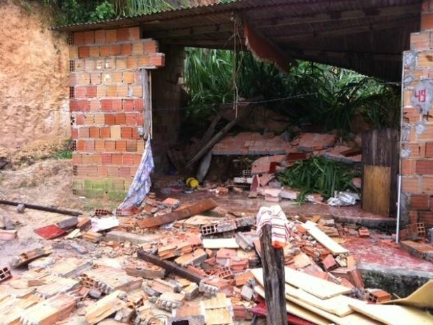 Casa onde morava mãe e quatro filhos após deslizamento de terra, em Manaus (Foto: Ana Graziela Maia/G1 AM)