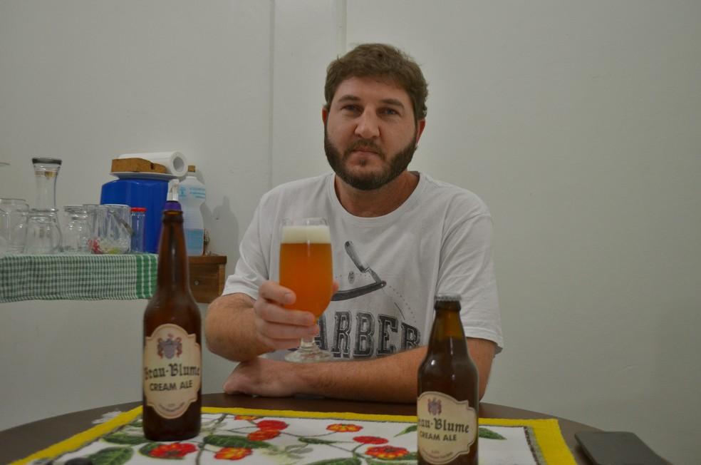 Vilmar Boufleuer tem uma relação desde cedo com a cerveja artesanal (Foto: Caio Fulgêncio/G1 )